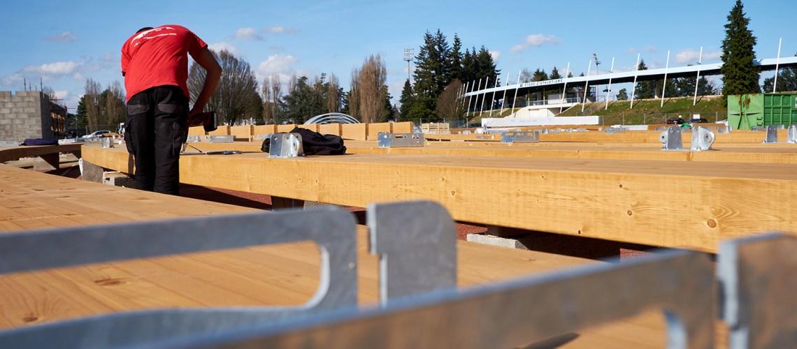 Un ouvrier travaille sur la charpente du futur complexe tennistique couvert du Grand Chalon au Stade Léo Lagrange