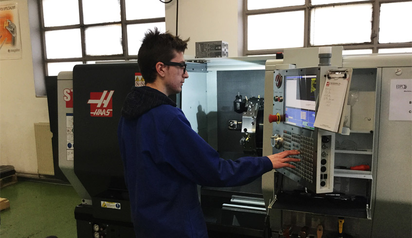 Jeune de 16-ans travaillant dans l'école de production de Chalon