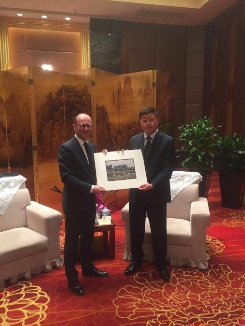 échanges-cadeaux-avec-vice-maire-suzhou-Conservatoire-à-rayonnement-régional-chalon