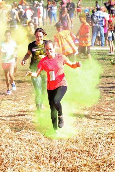 Jeunes coureuses traversant un mélanges de couleur de Lans Fer