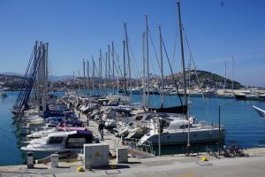 Schiff auf dem Trockenen -Blick in den Hafen