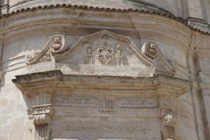 aufbauendes Kirchenportal in Matera