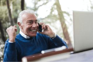 Un homme heureux après avoir obtenu un service de marketing numérique à but non lucratif