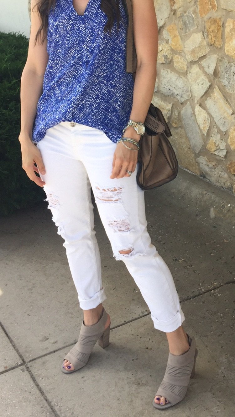 How to style ripped jeans   White jeans outfit   How to style white jeans   Spring outfit idea