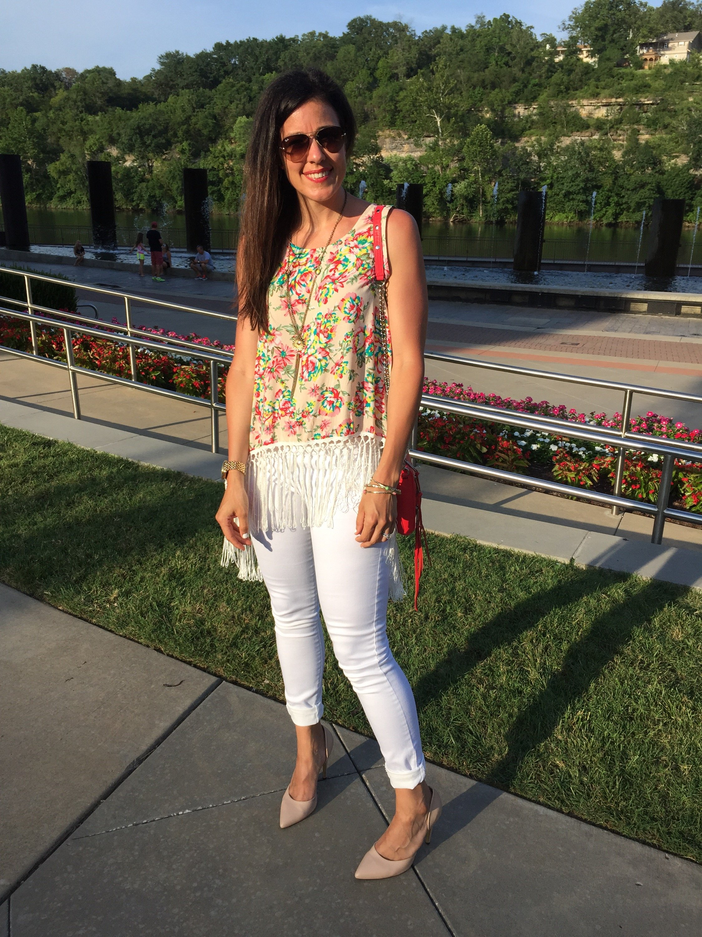 How to style floral top   white jeans outfit   spring and summer style   summer fashion tips   warm weather fashion   fringe top
