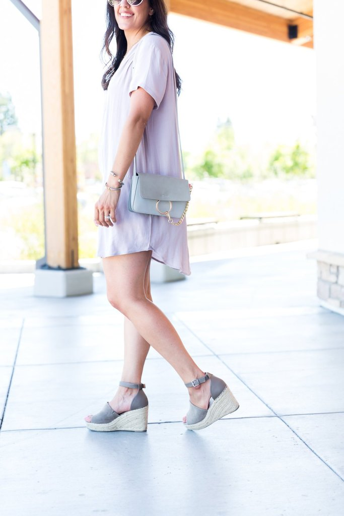 How to style a shift dress, neutral shift dress outfit, wedges for summer, how to wear a fedora hat, basic dresses for summer, tips for wearing a shift dress