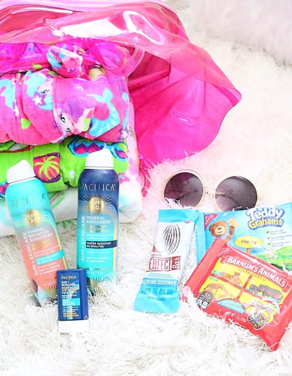 How to pack a pool bag, 5 things you need in your pool bag, tips for taking kids to the pool, what to pack for a pool day, tips for packing your pool back
