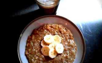 Havregrød med banan og lakridsrodspulver