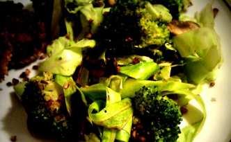 Varm broccoli-/kål salat