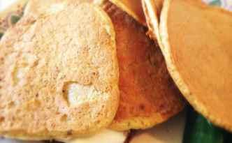 Æggepandekager på ristet brød med Philadelphia
