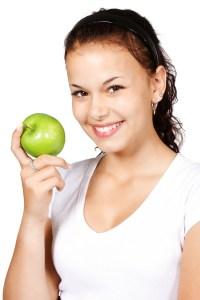 Kvinde spiser æble, frugt