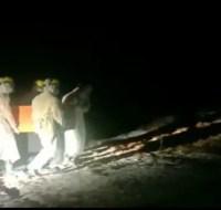 Proses pemakaman dua pasien terkonfirmasi covid-19, di Komplek Pemakaman Terpadu Nenang, Kecamatan Penajam, pada Minggu (02/05).