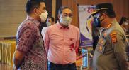 Wali Kota Samarinda Andi Harun didampingi Kadinkes Kota Samarinda bersama Kapolresta Samarinda saat tinjau pelaksanaan vaksinasi massal Covid-19, Sabtu (26/6/2021)
