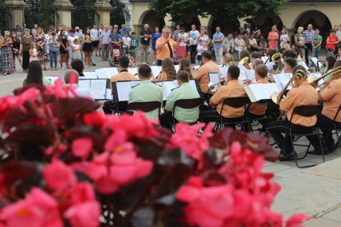 koncert trzech orkiestr dla Eweliny - plac rajski przed Bazyliką OO. Bernardynów - 26 lipca 2020 r. - fot. Tomasz Baluś