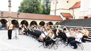 koncert trzech orkiestr dla Eweliny - plac rajski przed Bazyliką OO. Bernardynów - 26 lipca 2020 r. - fot. Sanktuarium Pasyjno-Maryjne w Kalwarii Zebrzydowskiej