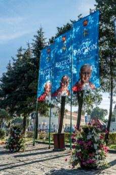 Dekorowanie Kalwarii Zebrzydowskiej w związku z ogłoszeniem Patronem Miasta Jana Pawła II - 13 sierpnia 2020 r. - fot. Andrzej Famielec - Kalwaria 24-03648