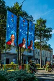 Dekorowanie Kalwarii Zebrzydowskiej w związku z ogłoszeniem Patronem Miasta Jana Pawła II - 13 sierpnia 2020 r. - fot. Andrzej Famielec - Kalwaria 24-03653
