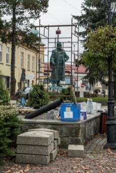 Instalacja pomnika Mikołaja Zebrzydowskiego na kalwaryjskim rynku - 13 listopada 2020 r.- fot. Andrzej Famielec - Kalwaria 24-09811
