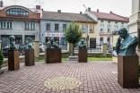 Instalacja wystawy prof. Karola badyny przy kościele parafialnym pw. św. Józefa - 4 sierpnia 2021 r. - fot. Andrzej Famielec - Kalwaria 24-08307