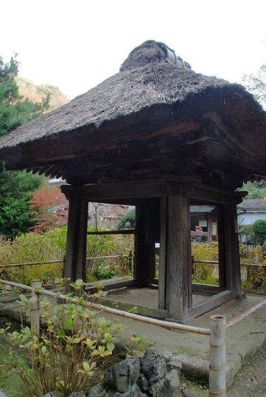 茅葺き屋根の釣鐘堂。