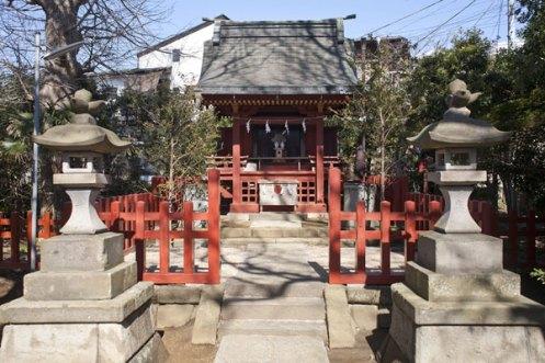 源氏と鎌倉の記念碑的史跡は、住宅街にぼんと佇んでいます。