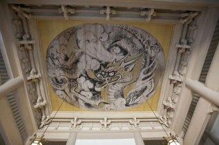 仏殿天井に描かれた白龍図。前田青邨の監修によって守屋多々志が描きました。