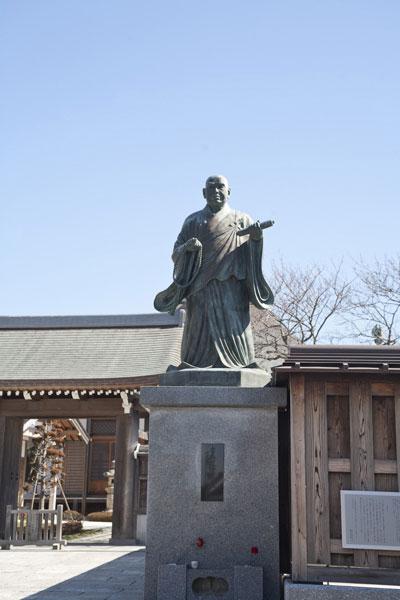 日蓮上人の像ときれいな板塀が目印です。