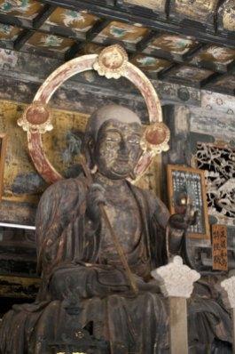 建長寺御本尊、地蔵菩薩。高さ2.4mの立派な御姿をしています。
