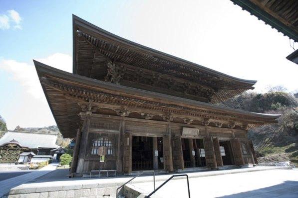 1814年に建てられた法堂(ほっとう)は鎌倉最大級の木造建築です。千手観音坐像とパキスタンから贈られた釈迦苦行像のレプリカを安置しています。