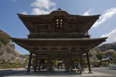 三門(三解脱門)。空、無相、無作を表します。この三門をくぐることによってあらゆる執着から解放されることを意味します。また、建長寺があらゆる修行者に開かれている事を表しています。楼上には五百羅漢を安置しています。建物は江戸時代(1775年)に再建されました。