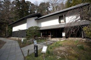 松ヶ岡宝蔵。縁切寺の歴史を伝える文書や実例を見る事ができます。