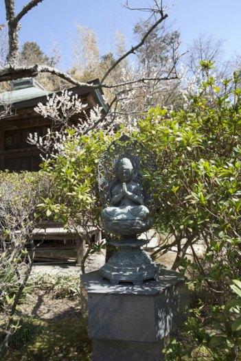 庭園の仏像。