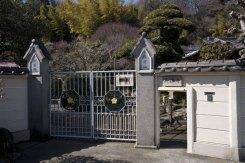英勝寺。入口正面。右の低いところから背をかがめて入ります。
