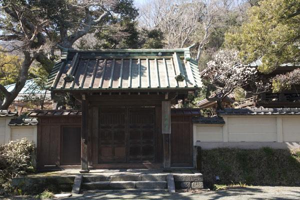 英勝寺。かつての総門でしょう。いまはここからは入れません。
