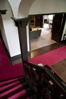 階段からロビーと居間を見ます。