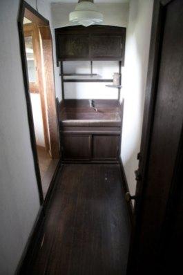 階段を登り真っすぐ進むと日本建築家屋へと続きます。左手の光が差し込んでいる部分はもう日本建築家屋です。手洗いが印象的なデザイン。