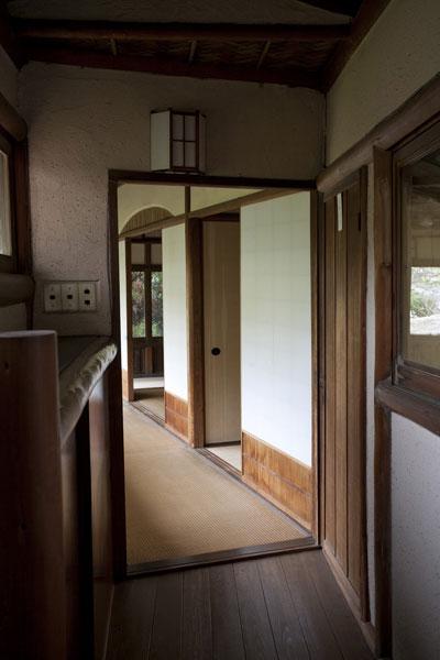 左に曲り日本建築家屋へと入ります。