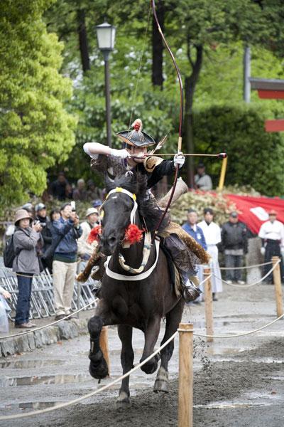 年に数回開催される流鏑馬神事。源義家の兄弟、源義光を祖とする武田氏から繋がる武田流です。