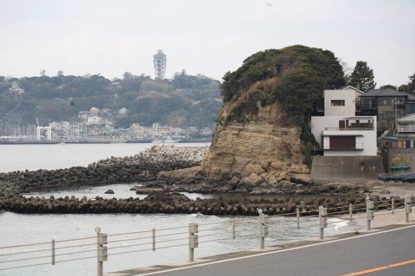 東側(江ノ電鎌倉高校駅付近)から見た小動岬。