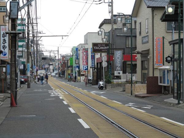 江ノ電腰越駅を下車、江ノ電が道の中央を走る腰越商店街を散歩しながら小動神社に向かうのもよいでしょう。