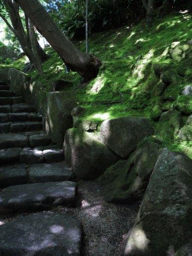 山門を入るとまっすぐ進む道と右手の道にわかれます。こちらは右手の苔むした階段。