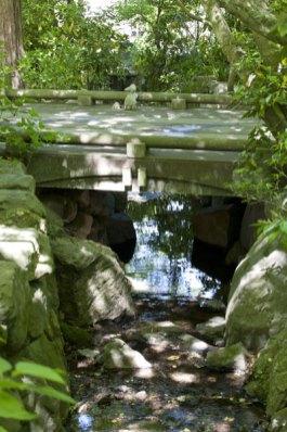 明月院。拝観受付を過ぎると、小川を越えます。
