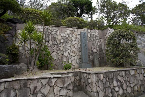 日蓮袈裟掛の松跡。江ノ電「稲村ケ崎役」の側に記念碑があります。