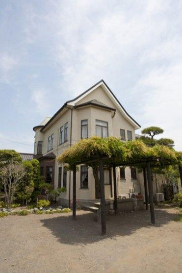 道行く人の目を引く美しい洋館部分はかいひん荘鎌倉のシンボル。
