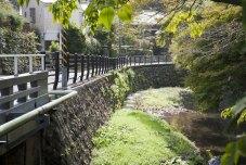 田楽辻子の道へとゆるやかに蛇行する犬懸橋からの景観。