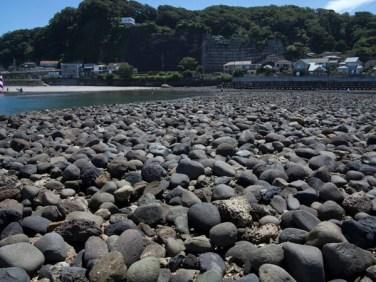 和賀江嶋。鎌倉時代の人々が手で石を積み、ここに宋の船が入港しました。