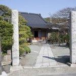 静かな住宅街にあります。門前には『源頼朝公御祈願所』の石碑。