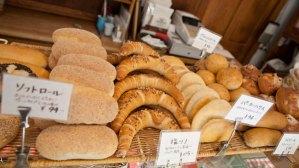 いろんなパンがありますが、おすすめはドイツパンらしくハード系。ライロール(94円)は大好物です。
