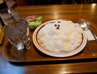 ビーフカレー(730円)。サラダが付きます。