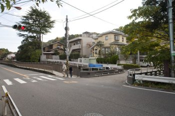 杉本寺の前あたりから撮った写真です。目の前は金沢街道、右手に犬懸橋が見えます。金沢街道を真っすぐいくと十二所方面へ、手前に戻ると八幡宮方面、橋を渡って進むと田楽辻子の道へと進みます。